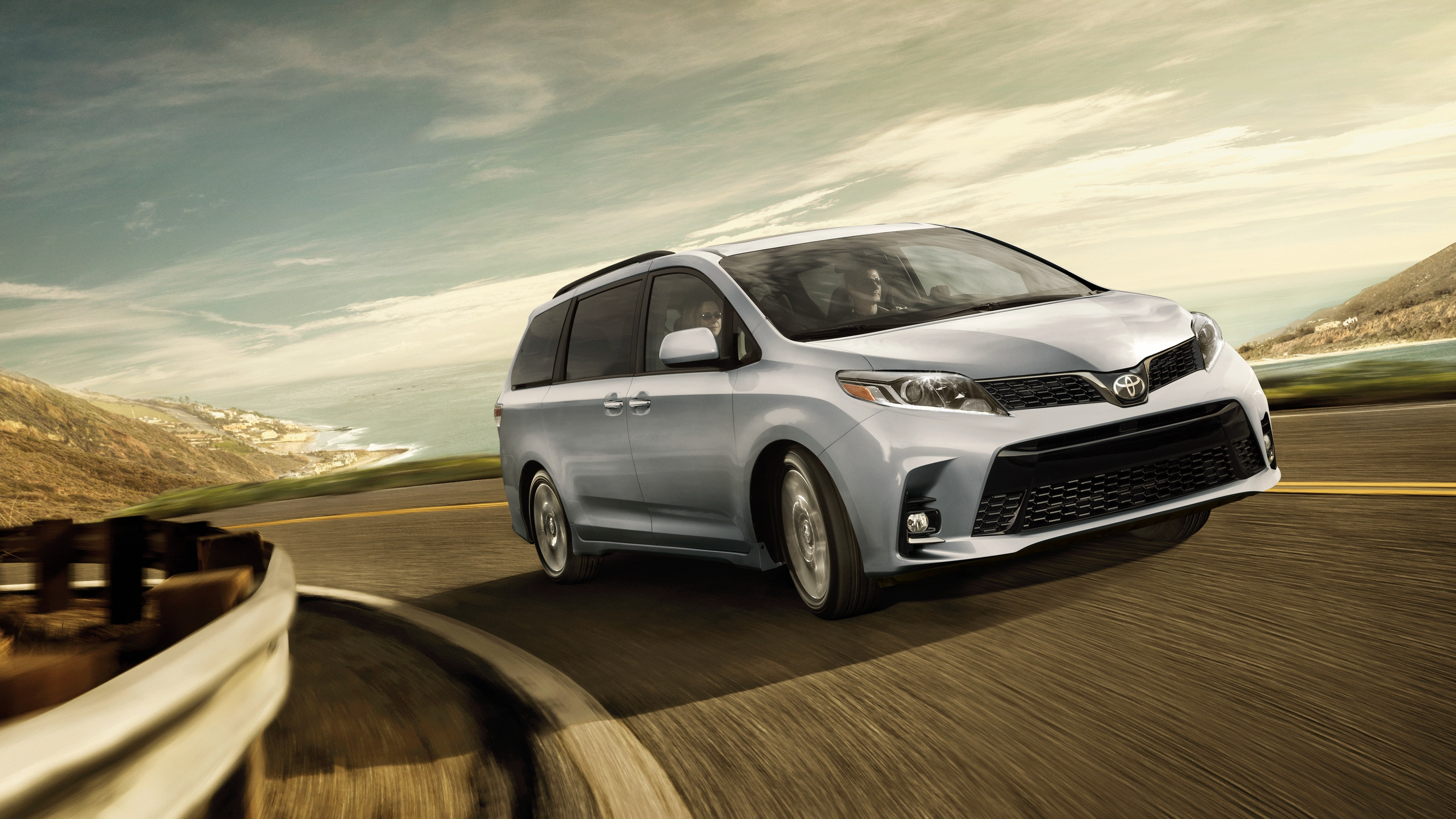 2018 Toyota Sienna Front Silver Exterior Picture